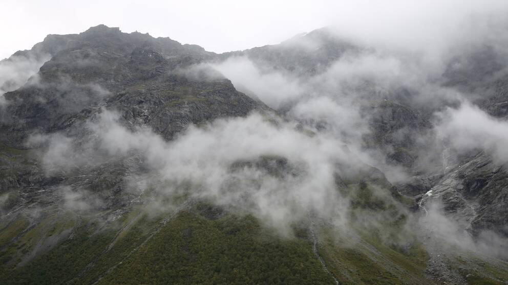 Berget Mannen i Rauma, sydväst om Trondheim i Norge, som hotar att rasa har rört sig allt snabbare.
