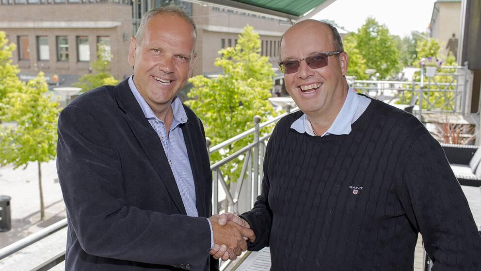 Mats Sandelius och Magnus Wernersson skakar hand