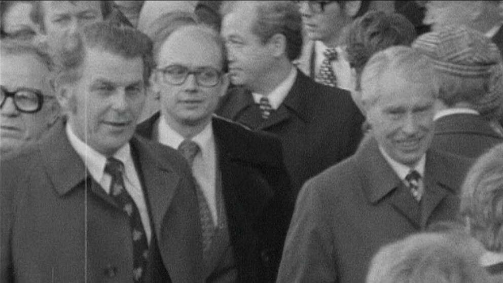 Triumfens ögonblick. Den borgerliga valsegern 1976 är ett faktum och Thorbjörn Fälldin bildar regering tillsammans med Folkpartiets Per Ahlmark (i mitten) och Moderaternas Gösta Bohman (till höger).