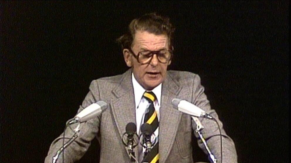 Thorbjörn Fälldin i talarstolen. Debatterna med framför allt Olof Palme är klassiska.