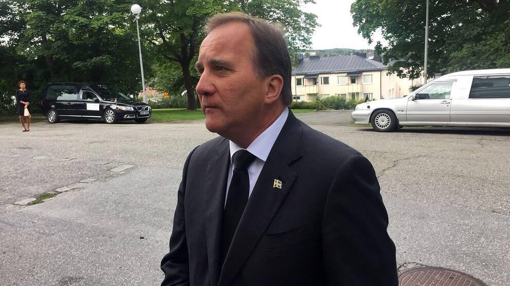 Statsminister Stefan Löfvén var allvarsam när han anlände till domkyrkan.