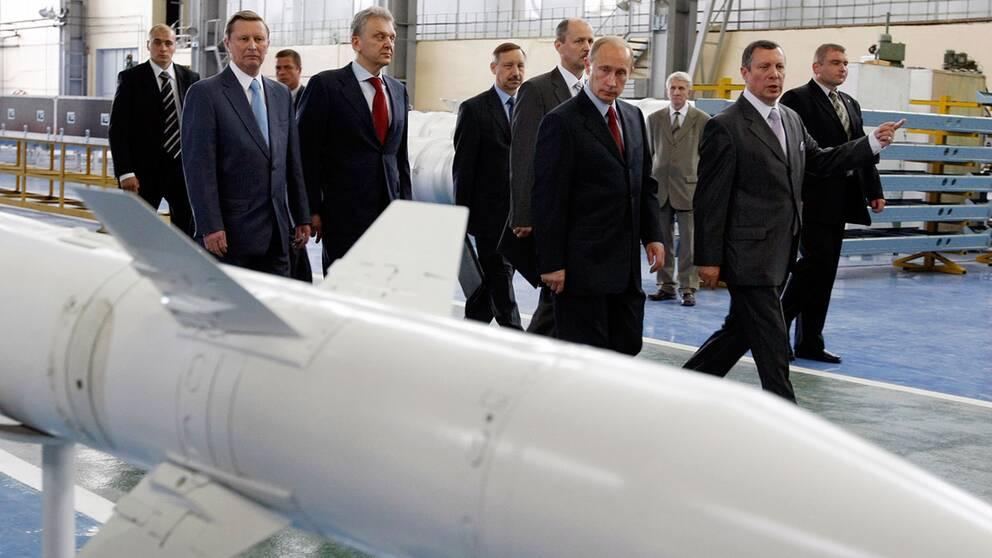 Putin inspekterar S-400 missiler under 2008.