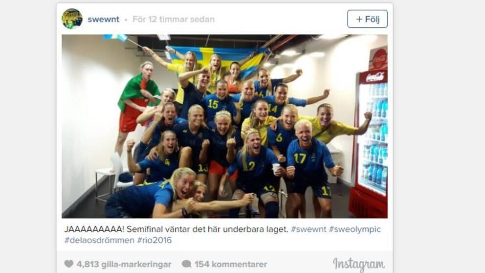 Svenskorna firande efter segern.