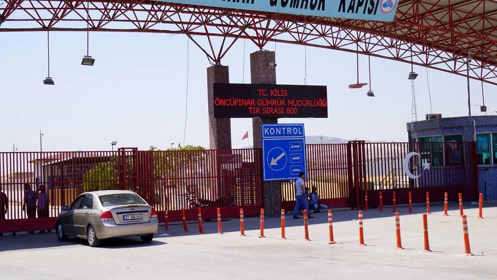 Efter att IS drivits ut från staden Manbij i norra Syrien har många av stadens invånare flytt mot Turkiska gränsen. Men den är stängd. Bara varor får passera.