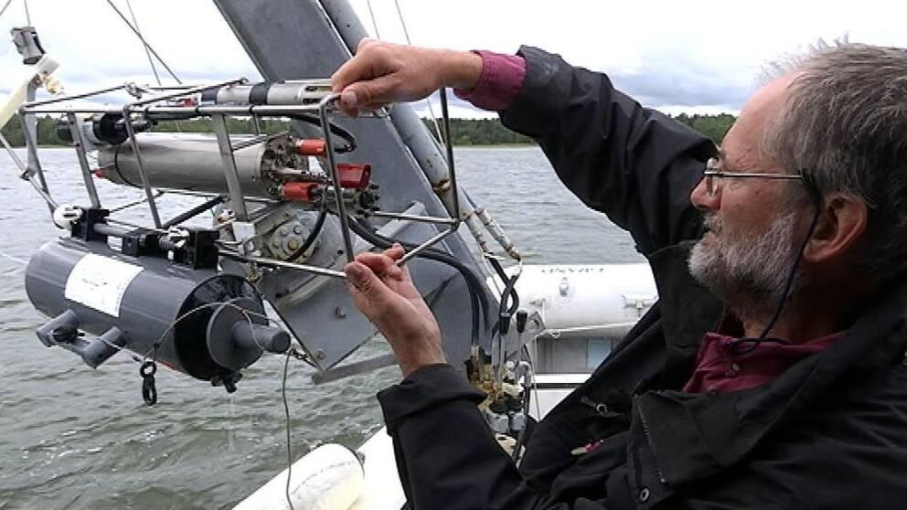 Forskare arbetar med vattenprover