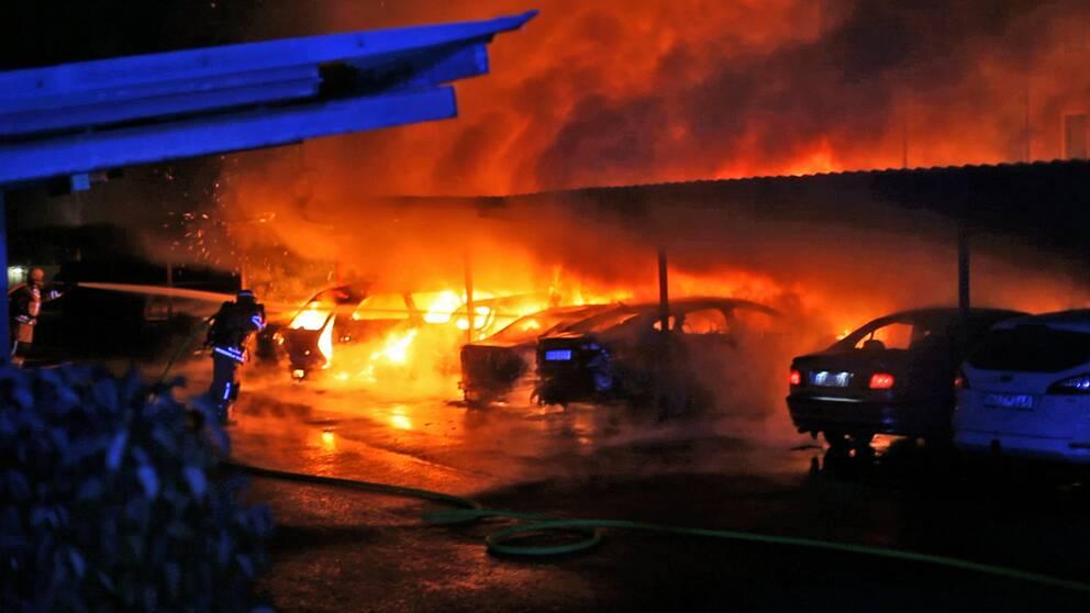 Räddningstjänstpersonal bekämpar bilbrand i Norrköping