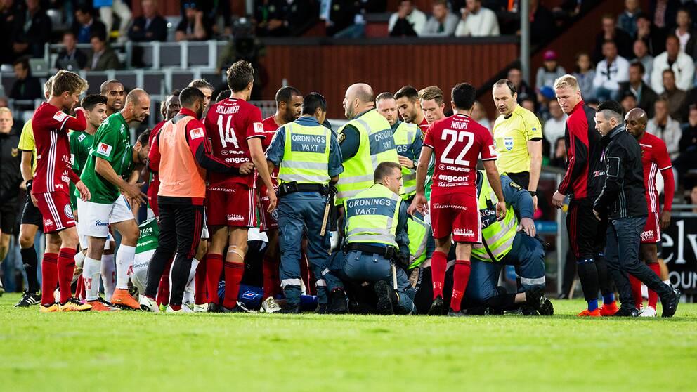 Matchen avbröts efter att en 17-årig man stormat planen och gått till attack mot Östersunds målvakt.