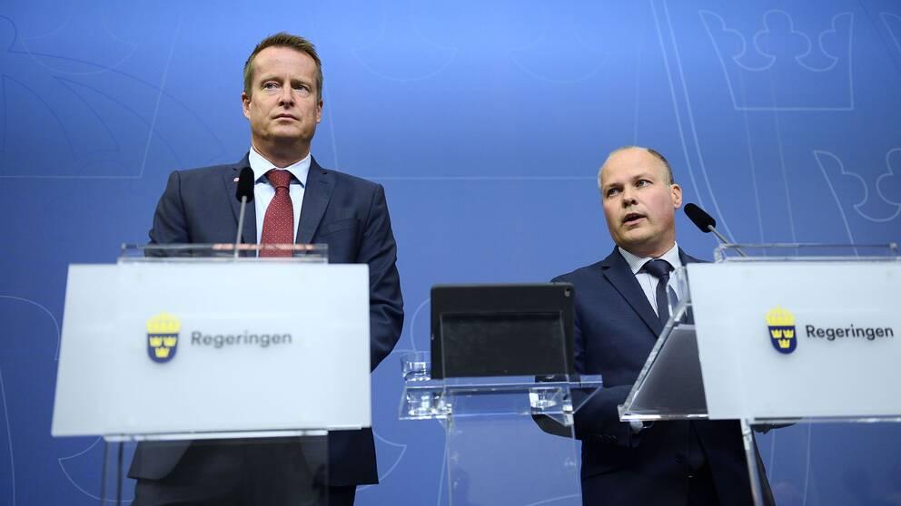 Inrikesminister Anders Ygeman (S) och Morgan Johansson (S) håller pressträff på Rosenbad i Stockholm på onsdagen med anledning av den senaste tidens bilbränder runt om i landet. Samhället kommer inte att lägga fingrarna emellan, säger justitie- och migrationsminister Morgan Johansson (S) på en presskonferenen.