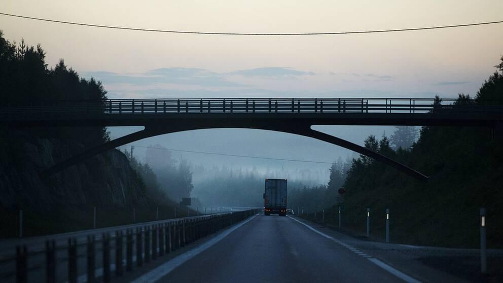 Lastbil på väg morgon under bro