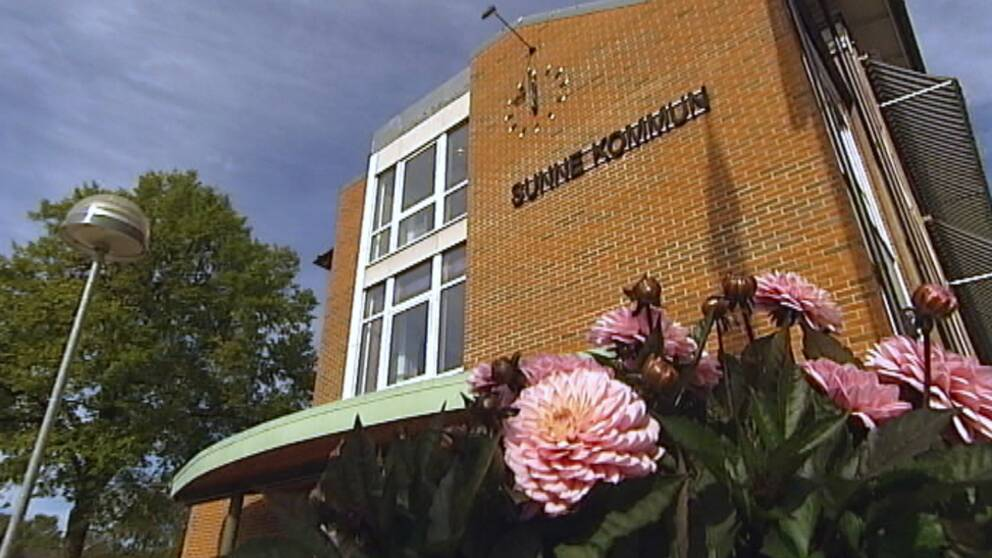 Sunne kommunhus med blommor i förgrunden
