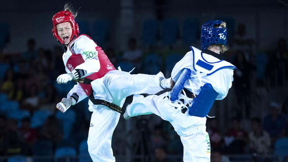 Glasnovic måttar en spark mot finskan Mikkonen.
