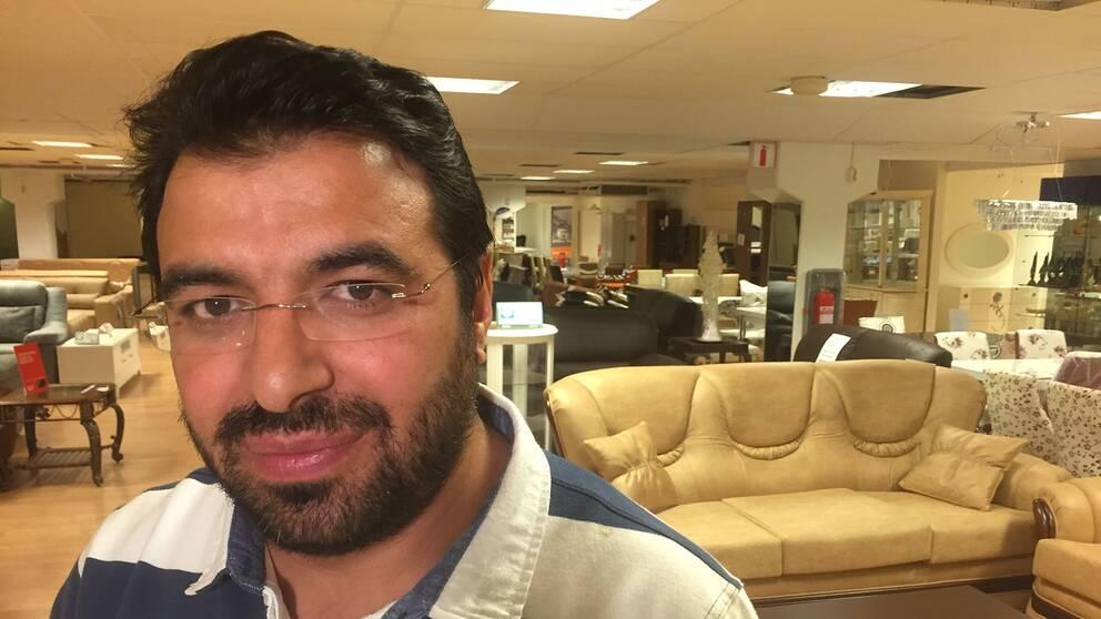 Kadir Kaya driver en möbelaffär i Fittja centrum.