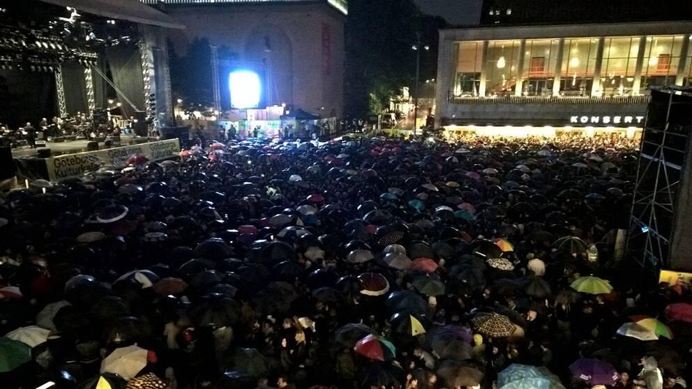 Tiotusentals på plats framför scenen.