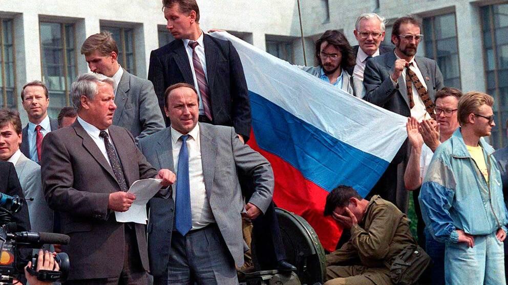 Boris Jeltsn, till vänster, läser upp ett uttalande från en stridsvagn i Moskva 19 augusti 1991.