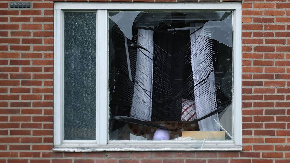 Poliser utanför lägenheten där explosionen inträffade i Biskopsgården.