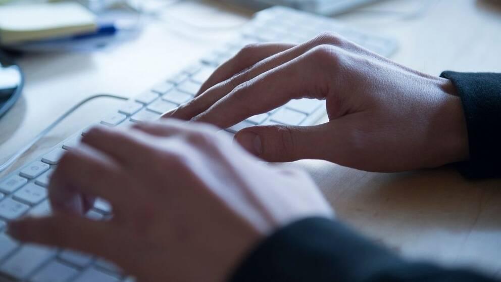 Man som skriver på tangentbord.