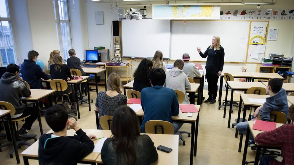 Lärare står framför sin klass. Arkivbild.