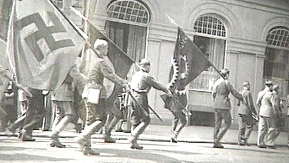 Nazister på 30-talet tågar på gatan